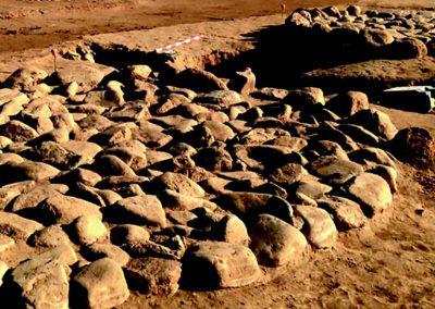 Restes de cabanes del jaciment neolític de Ca l'Estrada.